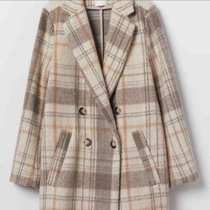 Snygg rutig kappa från HM, köpt förra våren, använd 1 gång, säljer pga använder inte. Köparen står för frakten.