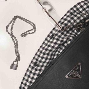 Halsband ifrån Seams Jewellery, säljer pga att jag aldrig använder det. I toppskick! Materialet är stainless steel, därav ett lite dyrare pris då den ej rostar och är 100% vattentålig. Fraktar/möts upp i sthlm💛