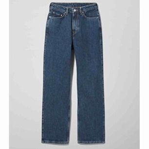 Jeans från weekday i modellen Row! Aldrig använda då de är lite stora för mig, men sitter annars otroligt bra!  Nypris: 500kr  I priset ingår även frakt på 70kr!!💕💗💖