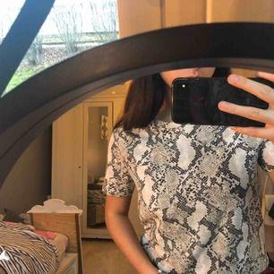 Ormmönstrad t-shirt från h&m. Använd Max 2ggr!💓