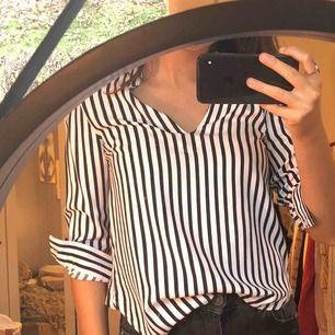 Säljer denna skjorta från hm. Toppskick och har används fåtal ggr!🌟