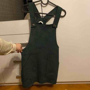 Hängselklänning som jag tyvärr inte använder då jag inte är så mycket för kjol/klänning. Jättefin färg, perfekt att ha på julafton!!