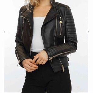 Helt oanvänd läderjacka från Chiquelle i storlek XS/ S (36)!  Nypris 700kr, eventuell fraktkostnad betalas av köpare.