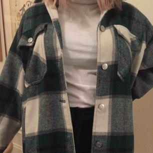 Säljer min Zara jacka, trendig och snygg  kan mötas upp i Stockholm eller frakta💕 köptes för en dryg månad sedan för 549 kr☺️☺️