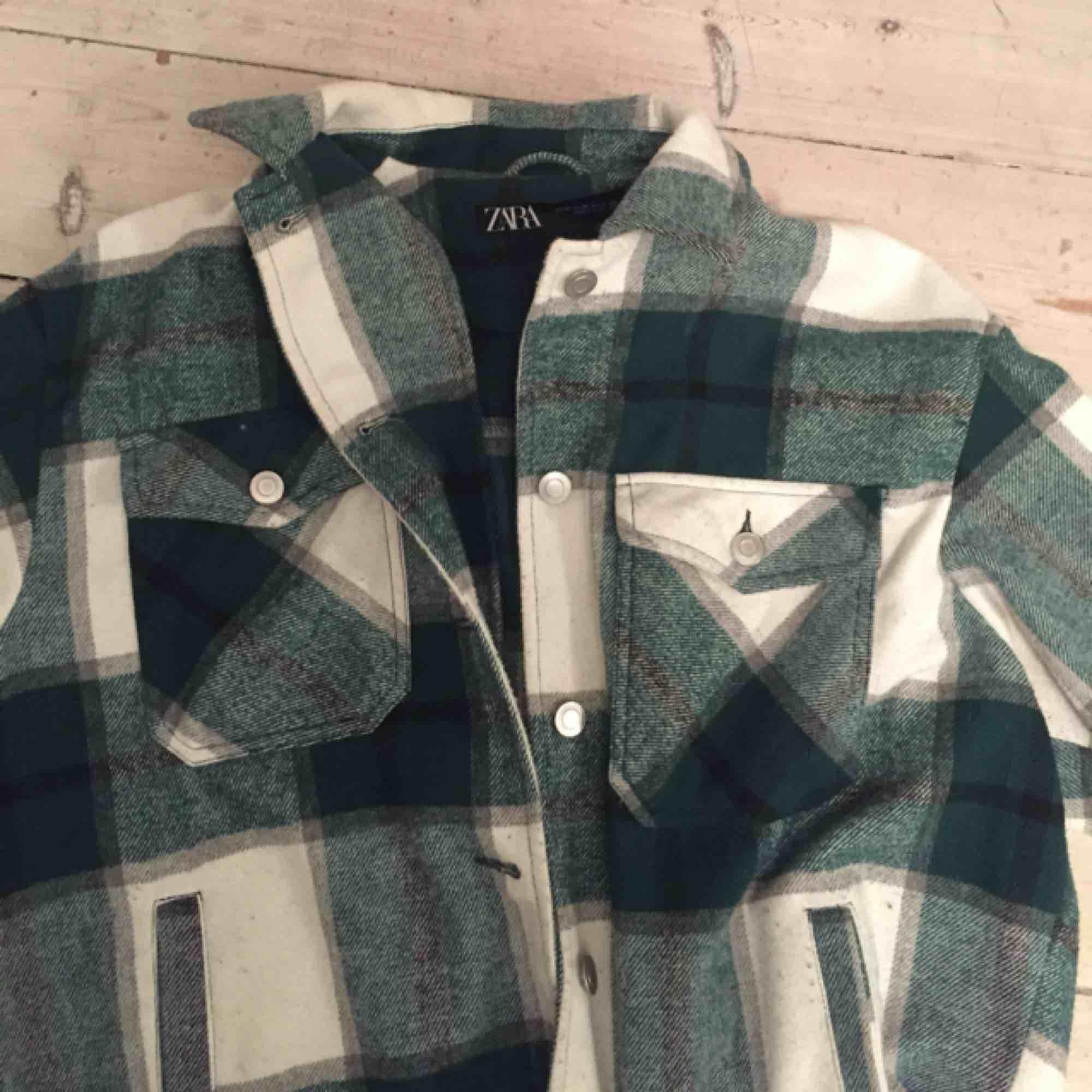 Säljer min Zara jacka, trendig och snygg  kan mötas upp i Stockholm eller frakta💕 köptes för en dryg månad sedan för 549 kr☺️☺️ . Jackor.