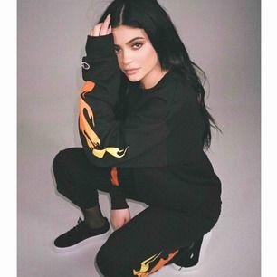 Kylie Jenner champion sweatshirt & sweatpants  Beställt ifrån USA & ifrån hennes egna hemsida. Slutsålt online💥 använt 2,3 X så nyskick💥💁🏼♀️