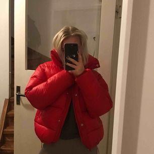 Cool röd dunjacka, väldigt passande nu till vintern då den är väldigt varm, storleken passar alla mellan XS-M, luva medföljer, 200kr+ 30kr frakt :)