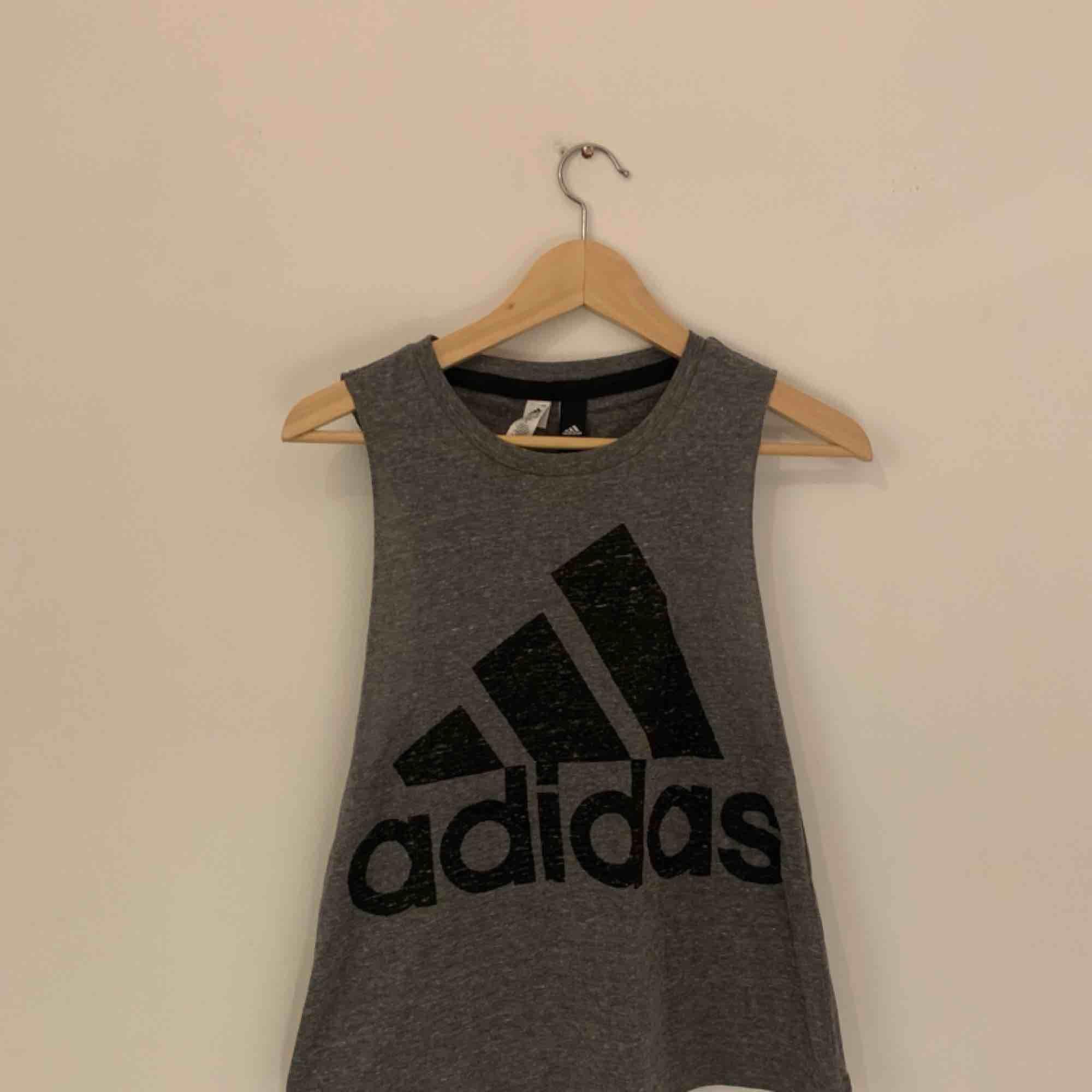 Sportigt träningslinne från adidas. Skön passform!. Huvtröjor & Träningströjor.
