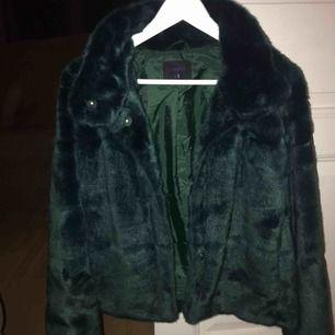 Snygg mörkgrön faux fur jacka från Lindex, använd fåtal gånger, väldigt bra skick, 400 inkl frakt