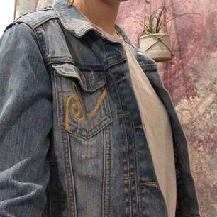 Jättefin jeansjacka i bra kvalité. Lite croppad i designen och passar jättebra till vardag och fest. Säljer den då den blivit lite liten för mig💕
