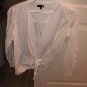 Skjorta från Massimo Dutti, jättebra skick. En lite cropad modell med knytning