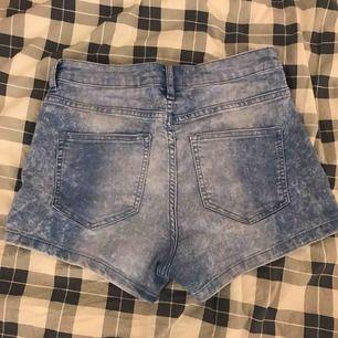 Super gulliga blåa shorts från H&M. Har använt dom sparsamt så dom är i bra skick! Köparen betalar frakten!💓