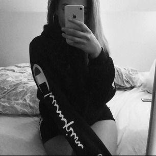 Mycket snygg champion-hoodie med stort tryck på båda ärmarna. Lagom oversized på mig som normalt är S. Knappt använd, ser ut som ny!