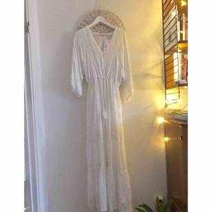 Oanvänd klänning från indiska, lapp kvar.  Storlek S  Tunt och mjukt tyg  300kr + frakt 60kr