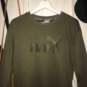 Militärgrön Puma sweatshirt, 100+frakt