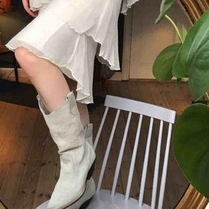 Superfina cowboystövlar i ljust mocka med broderidetalj💕💕 tyvärr lite fläckiga men endast ljusa fläckar som säkert går bort med lite fläckborttagning! stl 37💗