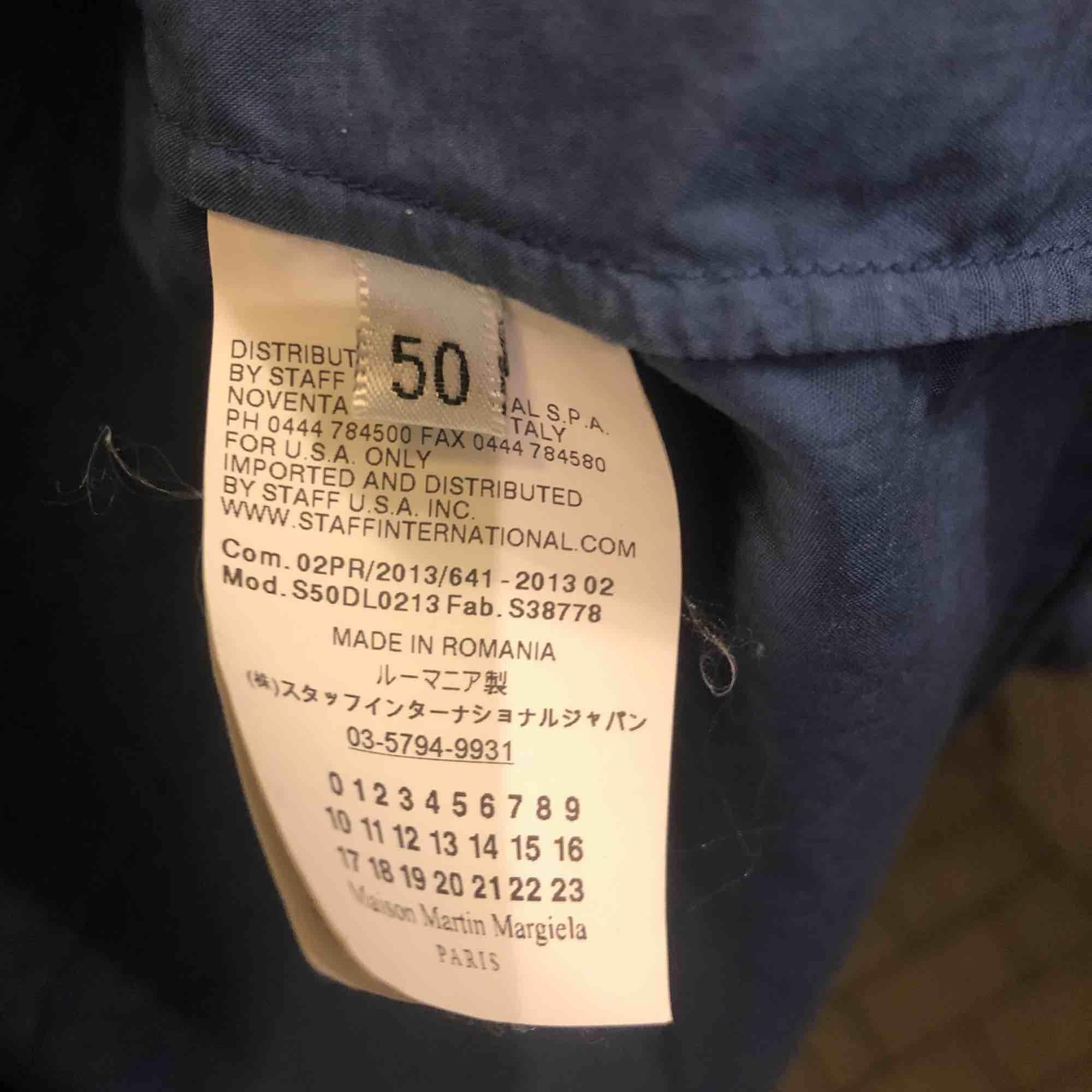 Mörkblå skjorta från Maison Martin Margiela st 50 M/L normal passform. Aldrig använd, nyskick. . Skjortor.