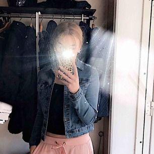 Trendig jeansjacka i fint skick. Använd ett fåtal gånger 💕💖💓💗