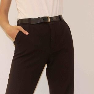 Ett par kostymbyxor i en snygg kastanjebrun färg med något utsvängda ben. En smalare passform med längre ben, Modellen på bilden är 1.76 cm lång🥰
