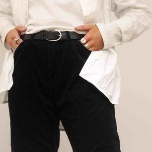 Snygga manchesterbyxor i ett helsvart material, byxorna har en rak modell något utsvängda vid benen. Lite större i midjan men funkar perfekt att använda med skärp.  Modellen på bilden är 1.73 cm🥰🥰