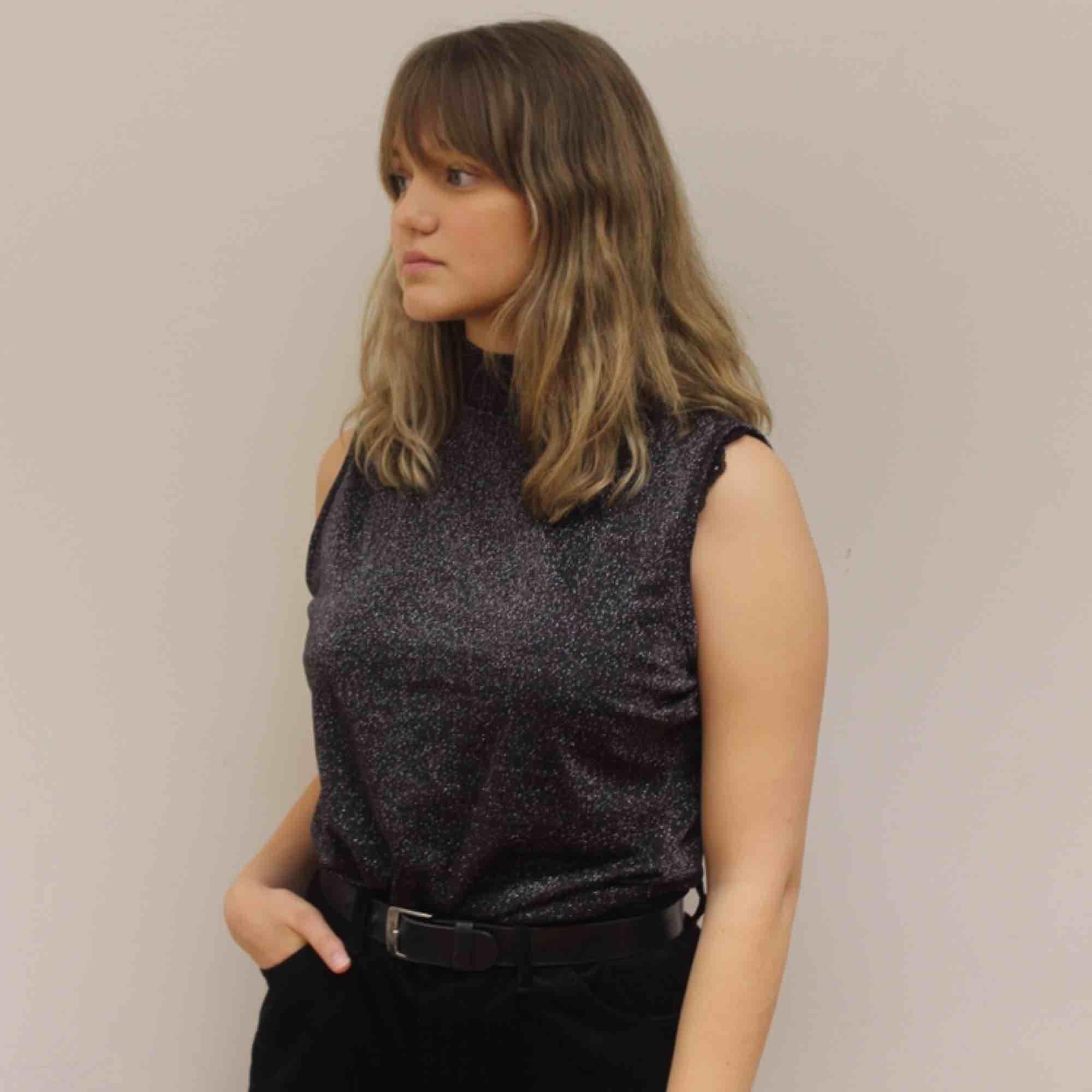 Ett festligare linne i ett tunt luftigt material, perfekt när du vill klä upp dig lite extra!🥰🥰. T-shirts.