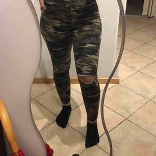 Snygga byxor med militärmönster! Använt några gånger, säljer för att de har blivit för små. Köparen står för frakt :)