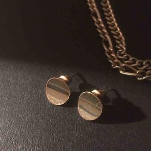 Svinfina guldiga örhängen från glitter som jag köpte i vintras, har nästan aldrig använts då jag insåg väldigt snabbt efter inköp att jag är en silvertjej och inte guldtjej!