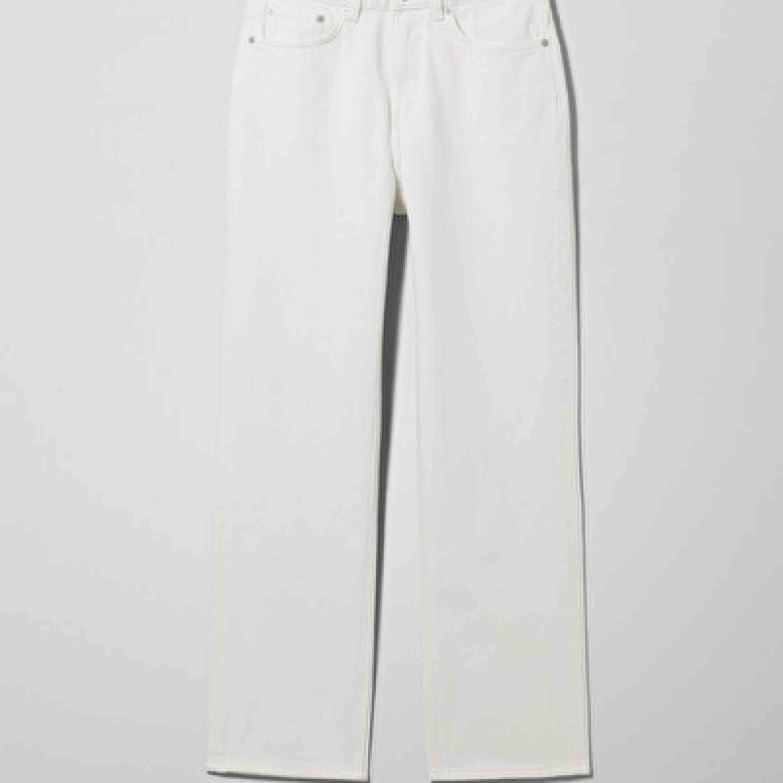 säljer mina voyage jeans från weekday som knappt är använda. jag är 179 och de går ner till lite ovanför fotknölen. midja passar 64-70 ungefär. frakt 63kr om man inte kan mötas upp i malmö.. Jeans & Byxor.