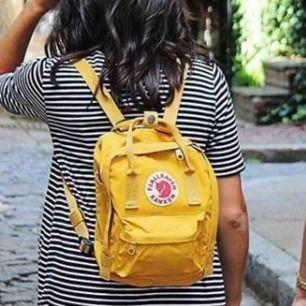 Säljer en gul mini kånken ryggsäck, är inprimsip som ny. As snygg och praktiskt ryggsäck som även är trendig. Jag säljer den pågrund av att den aldrig kommer till användning