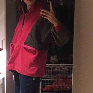 Cool och mysig half zip tröja i manchester! Går att dra upp dragkedjan och då blir det en polo💖 Köpt vintage, handgjord så ingen kommer ha en likadan! ;) Möts upp på söder eller så står du för frakten 💞