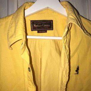 Snygg Marlboro classics skjorta i gult manchester tyg, i väldigt fint skick, 350 inkl frakt
