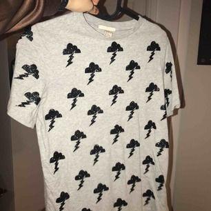 Cool T-shirt med glittertryck i form av åskmoln.                     Säljes för 40kr exklusive frakt. Möts upp i Sthlm🌩