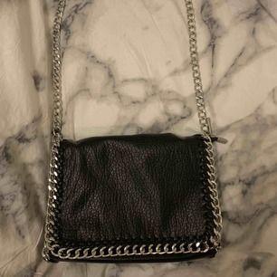 Snygg svart väska i nyskick