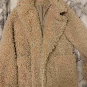 Snygg,fluffig jacka som är perfekt nu till vintern