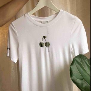 oanvänd tshirt från Ganni 🍒  cherry broderat på armen och ett broderat körsbär på bröstet :—) skickas för 63 kr eller hämtas på södermalm