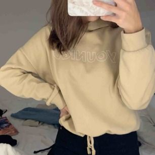 En beige hoddie med tryck på från Gina tricot Storlek XS  Köpt för 250, säljer för 150 inklusive frakt