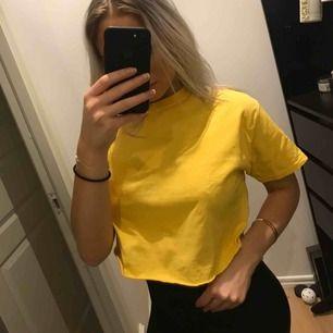 Snygg gul croppad T-shirt, aldrig använd! (Bara på denna bild)  Frakt betalas av köpare, borde bara bli ett par frimärken. 🌸 Postar alltid med bild/videobevis!