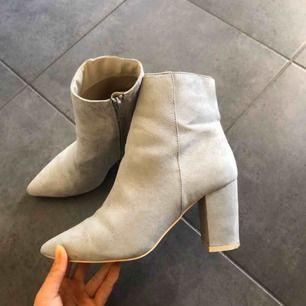 Assnygga boots i storlek 37 från Nelly. Klackhöjd 8cm! Köpta förra hösten men har endast använts två gånger. Köpare står för eventuell frakt :)