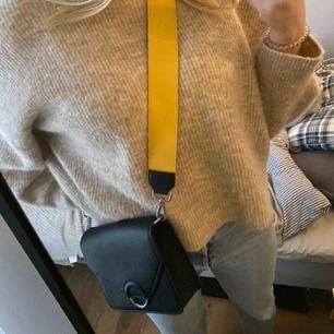 Svart väska med gult och rosa band.    170kr inkl. Frakt✨