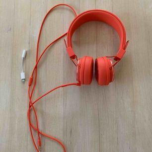 Säljer ett par helt nya och oanvända hörlurar från Urban Ears, i modellen Plattan 2, färg Tomato Red. Medföljer även en adapter (den vita sladden) så man kan använda hörlurarna till nyare mobiler med andra uttag.