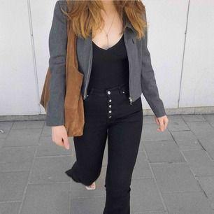Säljer mina svarta utsvängda jeans från zara med slit nertill. Dom har knappar upp i fram. Stretchiga! Frakt tillkommer