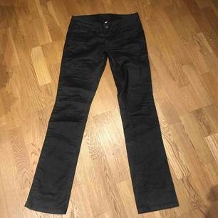 Vaxade svart byxor från Vera Moda. Nya!  Köparen står för frakt