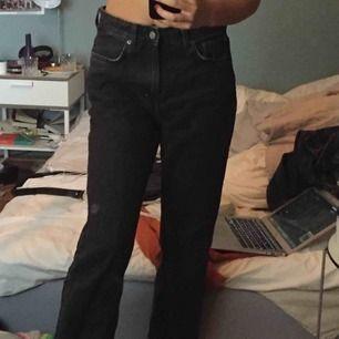 Ett par grå/svarta weekday jeans i modellen Voyage! Säljer på grund av att dem är lite för stora i midjan🥰