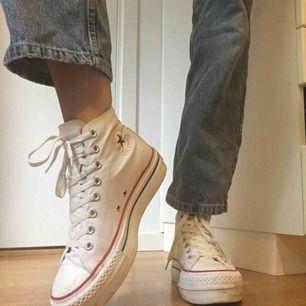 (Reupload)  JÄTTEsnygga vita converse med platåsula i strl 40. Köpta second hand och därav något slitna, vilket jag bara tycker gör dom snyggare. Möts i Stockholm, annars betalar köparen betalar frakt! :D<3