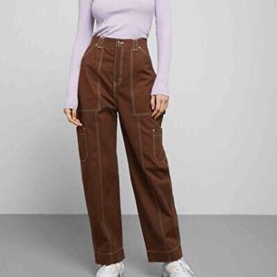 """Supersnygga bruna byxor från weekday! I modellen """"grow trousers""""! Har vita sömmar, använda ytterst få gånger så därmed väldigt bra skick!! Möts i Sthlm eller Norrköping! Eller så står köparen för frakt!❣️❣️"""
