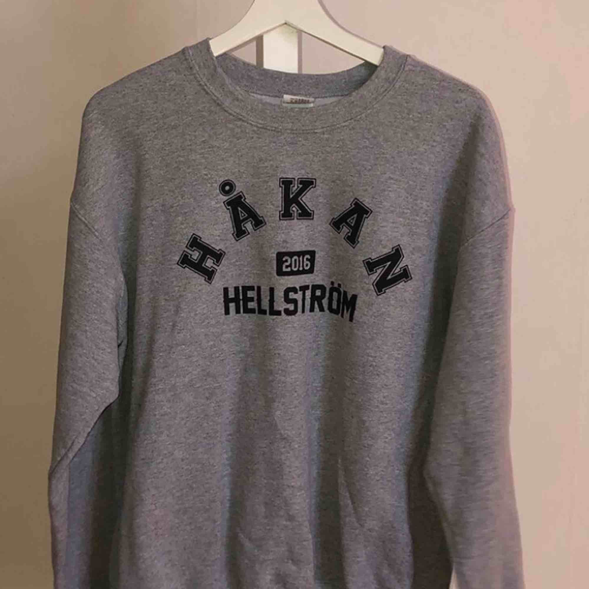 HÅKAN HELLSTRÖM SWEATSHIRT!!!!!!!!!! supersnygg som tyvärr inte används! passar många storlekar beroende på hur man vill att den ska sitta! peppa upp inför Ullevi i sommar med denna!!! Möts i Sthlm / Norrköping annars är priset 300 inkl frakt! Kram❤️🥰. Tröjor & Koftor.