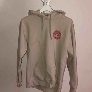 SIGNERAD SILVANA IMAM HOODIE!!!!! sjukt snygg beige hoodie med rött tryck som inte säljs längre! nästan aldrig använd! Storlek S men passar XS-M! möts i Sthlm / Norrköping eller så står köparen för frakten!🖤 skriv vid frågor🥰