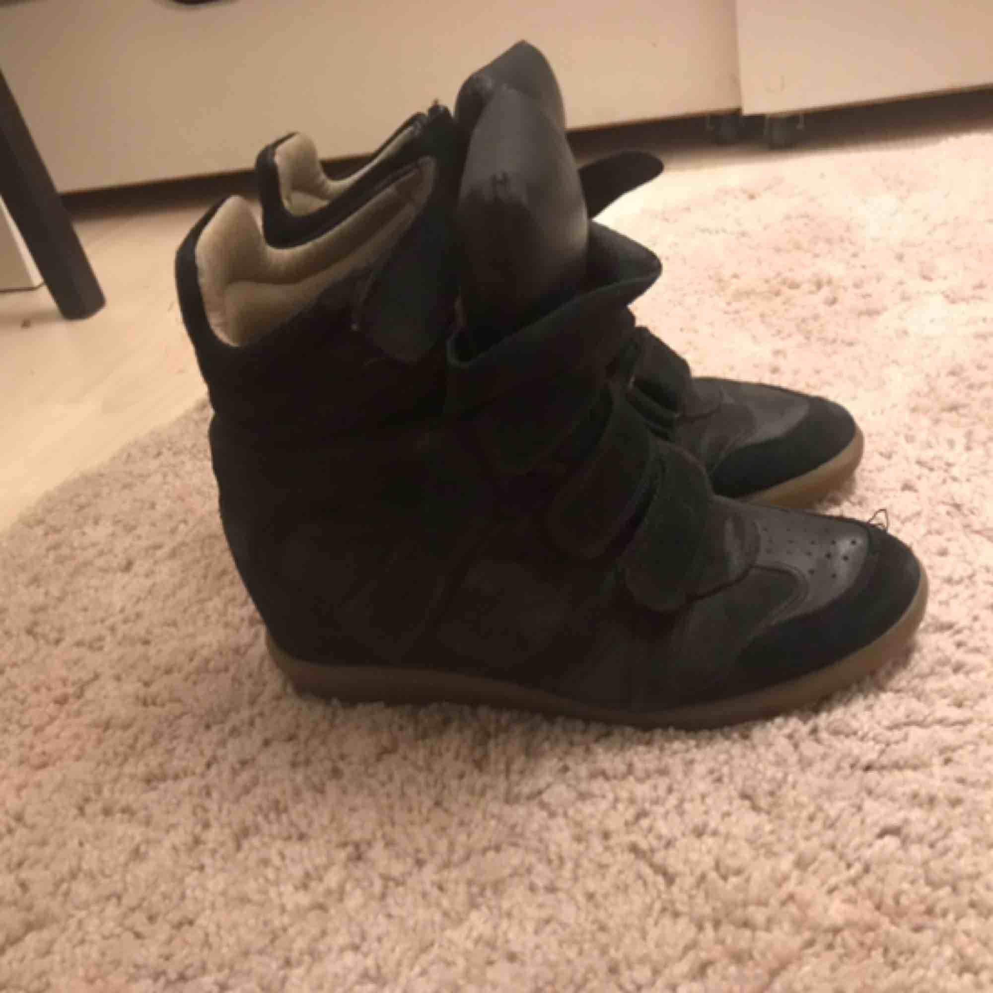 Jätte fina isabel marant skor i storlek 37, rätt slitna på insidan därav de låga priset . Skor.