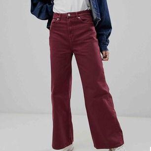Vinröda jeans från Weekday i modellen ACE🧡 Aldrig använda eftersom de tyvärr är för små. Köparen står för frakt!