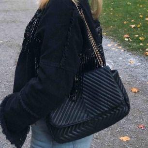En jätte fin & rymlig väska från H&M, lite små defekter (se sista bilden) därav de lägre priset! Nypris: 499kr